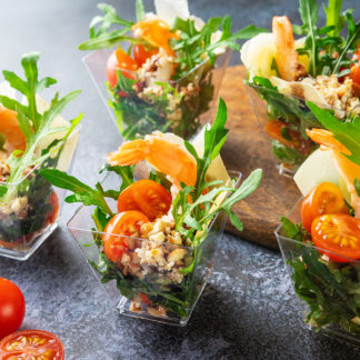 Салат руккола с креветкой помидором Черри и пармезаном