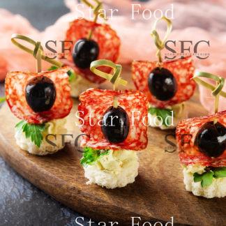 Канапе с салями, сырным муссом и маслиной