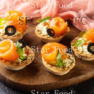 Мини тарталетка с лососем, сырным муссом и маслинкой